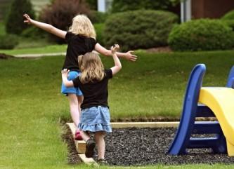 bambini-gioco-giardino