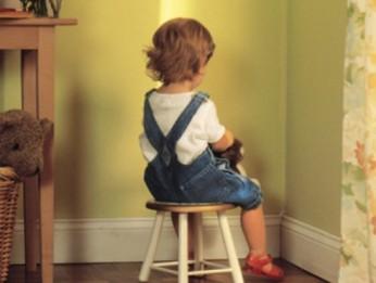 Bambino-punizione-maestra-rimprovero-castigo
